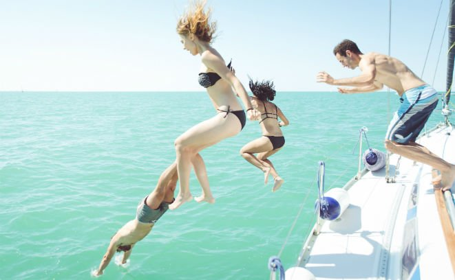 #88499375 group of friends diving in the water during a boat excursion © oneinchpunch - Fotolia.com